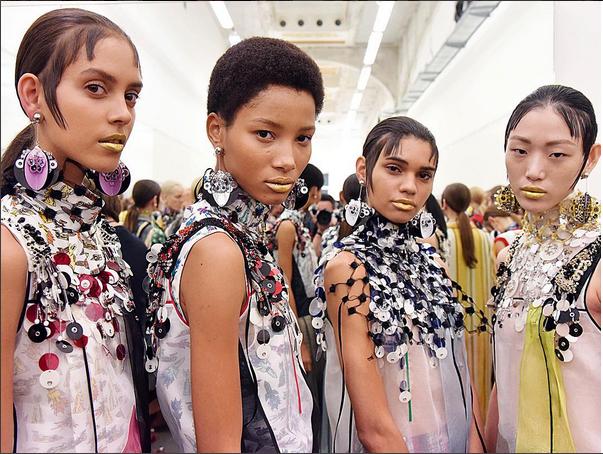 Bagliori dorati sulle labbra delle modelle al fashion show di Prada