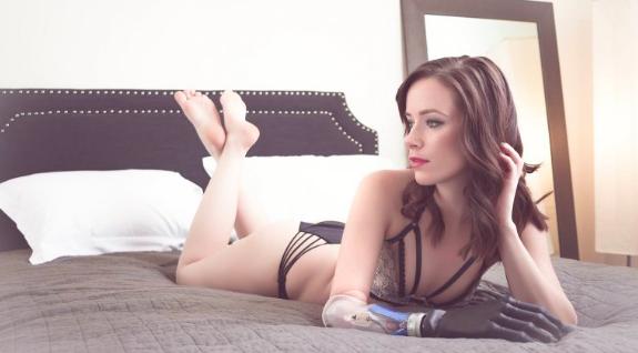 Rebekah Marine, la modella con un braccio bionico