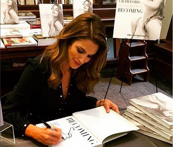"La Crawford firma alcune copie del libro ""Becoming Cindy"" ai fan"