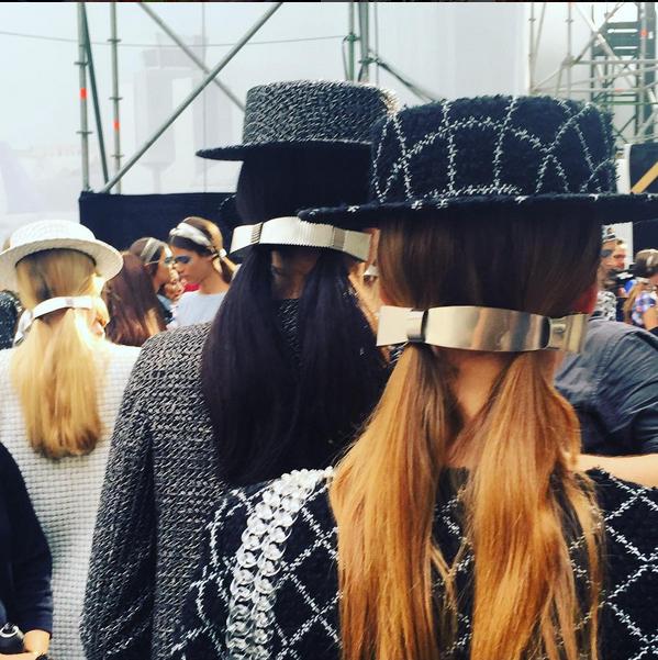 """Da Chanel, codini """"uniti"""" da lunghi fermagli che coprono gli elastici"""