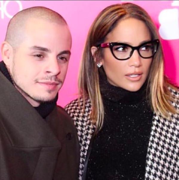 """Per J. Lo, cappotto pied de poule, maglia a collo alto e occhiali """"occhi di gatto"""""""