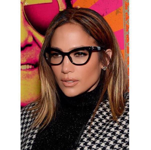Chi dice che gli occhiali sono da nerd? J. Lo li sfoggia sul red carpet, ed è fantastica