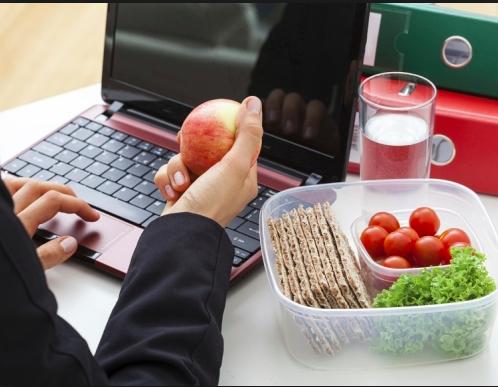 Pranzo davanti al computer: ricordate il cibo sano
