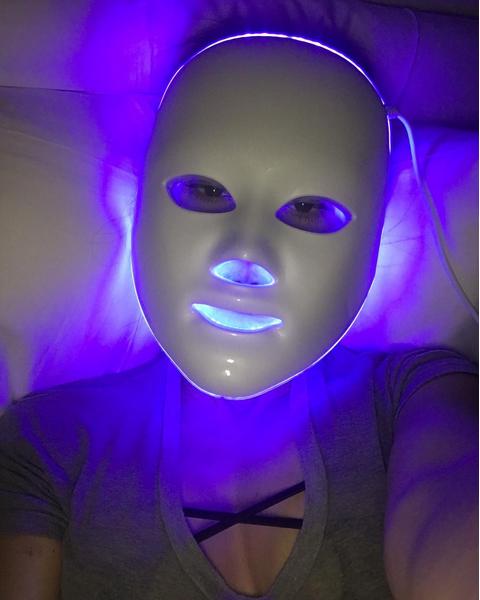 Kourtney Kardashian si sottopone a una seduta di Led Mask