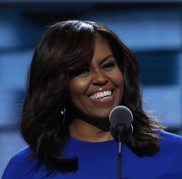 La First Lady Michelle Obama ha fatto della frangia laterale il suo marchio di fabbrica
